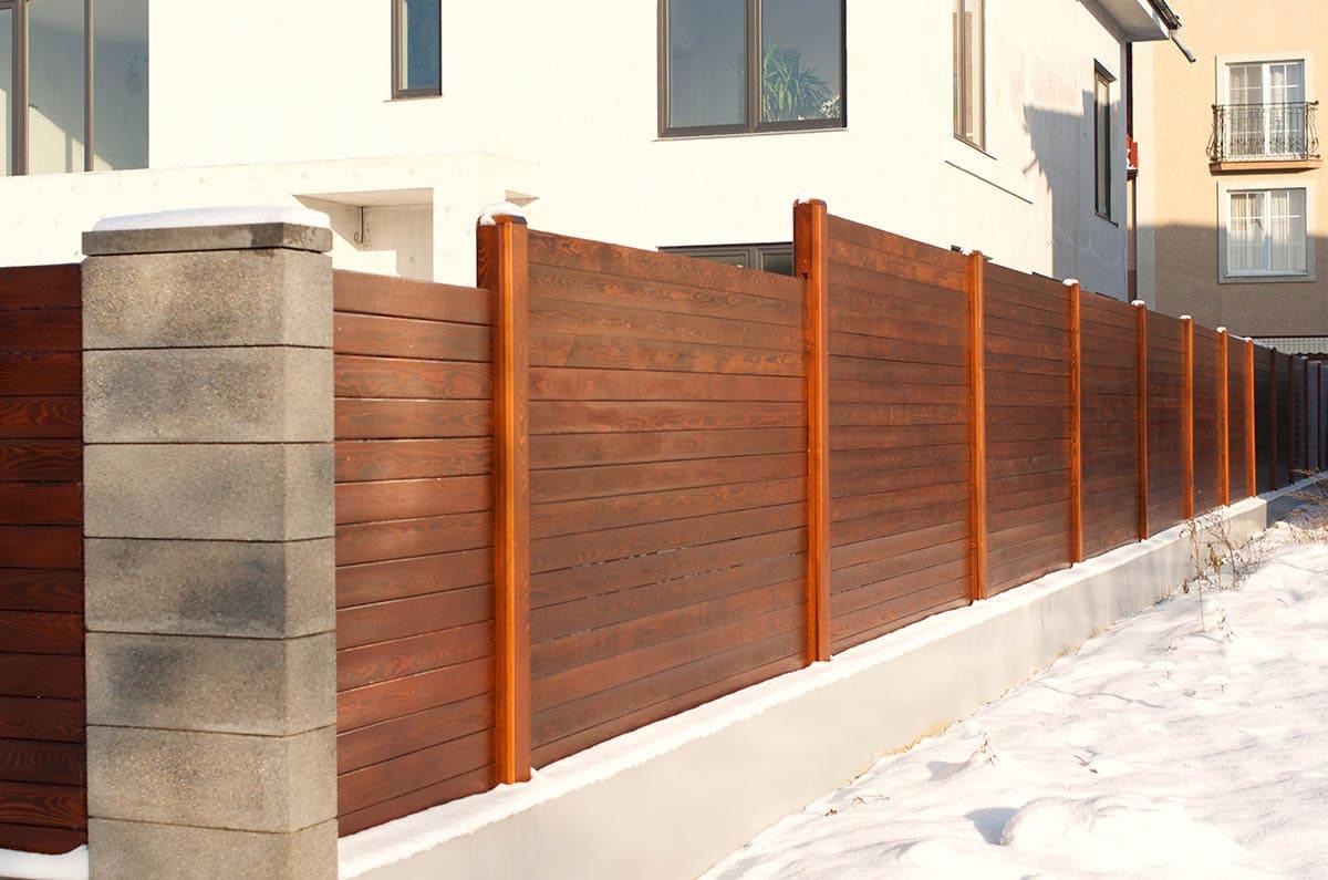 Деревянный забор из планкена фото