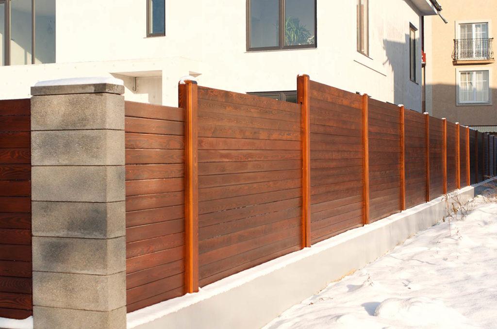 Изготовление и монтаж деревянных заборов из планкена фото